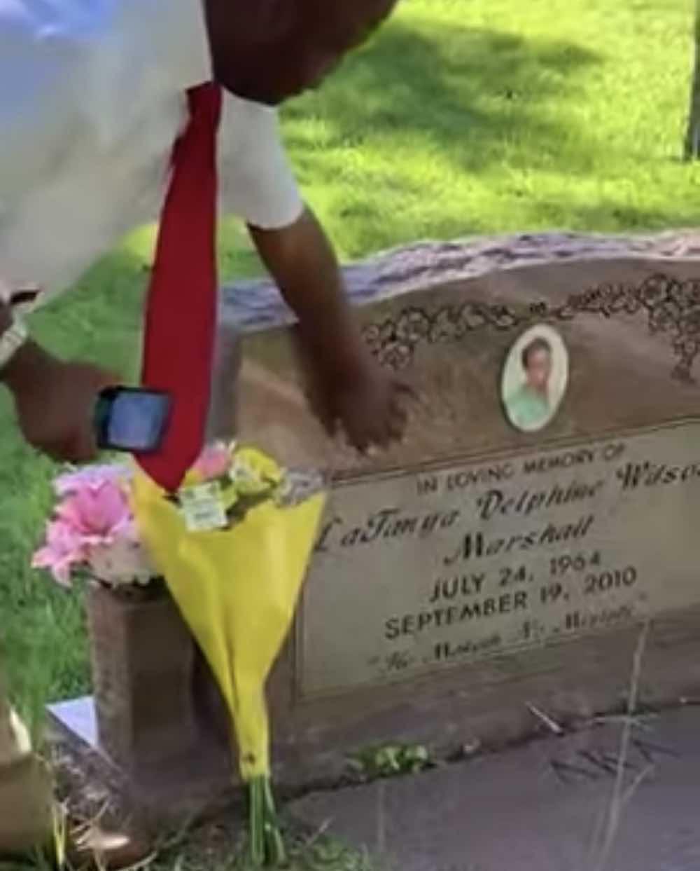 Un ragazzo disabile visita tomba della mamma